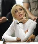 <p>Foto de archivo de la actriz Lindsay Lohan durante una aparición ante una corte en Los Angeles, feb 9 2011. Lohan no aparecerá en el programa nocturno de David Letterman, dijeron el miércoles sus productores, tras un engaño aparentemente realizado por personas cercanas a la artista. REUTERS/Mario Anzuoni</p>