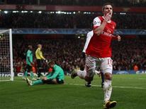 <p>Robin van Persie comemora gol do Arsenal contra o Barcelona nesta quarta-feira. REUTERS/Eddie Keogh</p>