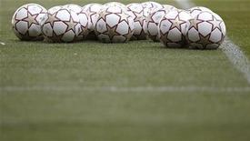 <p>Футбольные мячи лежат на поле в Мадриде, 21 мая 2010 года. Четыре российских клуба, занявших первые четыре строчки в прошлогоднем розыгрыше российской Премьер-лиги, проведут в четверг первые матчи плей-офф второго по значимости европейского клубного турнира - Лиги Европы. REUTERS/Kai Pfaffenbach</p>
