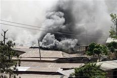 <p>Smoke rises from Rukuba neighbourhood in Nigeria's central city of Jos December 26, 2010. REUTERS/Afolabi Sotunde</p>