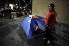 <p>Эстибалис Чавез стоит возле своей палатки около посольства Великобритании в Мехико 17 февраля 2011 года. Юная мексиканка объявила голодовку рядом с посольством Великобритании в Мехико, надеясь таким образом получить приглашение на свадьбу принца Уильяма и Кейт Миддлтон. REUTERS/Jorge Dan Lopez</p>
