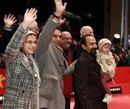 <p>Los actores Sarina Farhadi y Peyman Moadi, junto al director Asghar Farhadi caminan sobre la alfombra roja antes de la premiación del 61 Festival Internacional de Cine de Berlín. La película iraní Jodaeiye Nader az Simin es una de las favoritas en competencia. 19 de febrero de 2011. Thomas Peter/REUTERS</p>