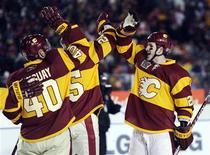 """<p>Игроки """"Калгари"""" радуются победе над """"Монреалем"""" в Калгари 20 февраля 2011 года. """"Калгари"""" обыграл """"Монреаль"""" в воскресенье со счетом 4-0 в матче регулярного чемпионата Национальной хоккейной лиги, который проводился на открытом воздухе в присутствии более 40.000 зрителей. REUTERS/Todd Korol</p>"""