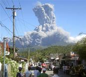 <p>Выброс пепла на вулкане Булусан 21 февраля 2011 года. Сотни человек покинули свои дома и фермы в центральном районе Филиппин в понедельник из-за выброса вулканического пепла на высоту до двух километров, сообщили местные чиновники. REUTERS/Stringer</p>