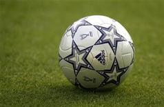 """<p>Мяч лежит на газоне Олимпийского стадиона в Афинах во время тренировки """"Ливерпуля"""" 22 мая 2007 года. REUTERS/Dylan Martinez</p>"""