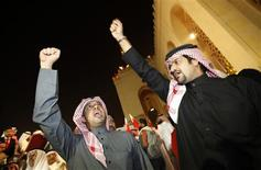 <p>Bahraini men shout slogans during a pro-government rally in the Grand Mosque in Juffair, east of Manama, February 21, 2011. REUTERS/Hamad I Mohammed</p>