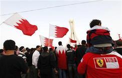 <p>Homem usando casaco da Ferrari participa de protesto em Manama. 21/02/2011 REUTERS/Hamad I Mohammed</p>