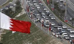 <p>Флаг Бахрейна в Манаме 21 февраля 2011 года. Лидер оппозиционного движения Бахрейна должен во вторник вернуться в страну, спустя неделю после начала протестов шиитского большинства в стране суннитской монархии. REUTERS/Hamad I Mohammed</p>