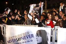 <p>Fãs se reunem para esperar pelo cantor canadense Justin Bieber em Paris, em 17 de fevereiro de 2011. REUTERS/Benoit Tessier</p>