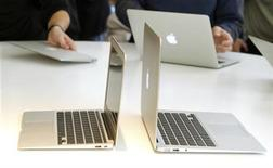 <p>Imagen de archivo de modelos de MacBook Air en una presentación en la sede de Apple Inc. en Cupertino, EEUU. oct 20 2010. Apple Inc presentó su nueva línea de computadores portátiles MacBook Pro, que serán dos veces más rápido e incluirán una nueva cámara de alta definición y mejores gráficos. REUTERS/Norbert von der Groeben/Archivo</p>