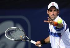 <p>Novak Djokovic mira a bola antes de rebater jogada de Tomas Berdych, durante semi-final do Torneio de Dubai. 25/02/2011 REUTERS/Jumana El-Heloueh</p>