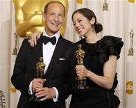 """<p>Diretores de """"Trabalho Interno"""" Charles Ferguson e Audrey Marrs exibems seus Oscar conquistados na categoria melhor documentário. 27/02/2011 REUTERS/Mike Blake</p>"""