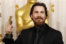 """<p>El galés Christian Bale posa con el Oscar a Mejor Actor de Reparto que recibió por su actuación en la película """"The Fighter"""" en Hollywood, California, feb 27 2011. REUTERS/Mike Blake (UNITED STATES)</p>"""