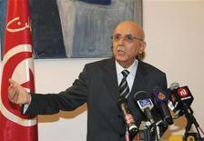 <p>Премьер-министр Туниса Мохамед Ганнуши на пресс-конференции в Тунисе 27 февраля 2011 года. Премьер-министр Туниса Мохамед Ганнуши ушел в воскресенье в отставку после продолжившихся в стране протестов оппозиции, заявлявшей о его связях со свергнутым президентом Зином аль-Абидином Бен Али. REUTERS/Tunis-Afrique Presse/Handout</p>