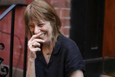 <p>Suze Rotolo, artista norte-americana, sorri na seção de Greenwich Village de Nova York em 2 de julho de 2008. REUTERS/Lucas Jackson</p>