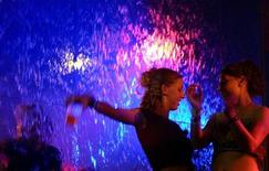 <p>Two U.S. spring breakers dance at a nightclub in Mexico's prime tourist resort Cancun March 15, 2006. REUTERS/Victor Ruiz</p>