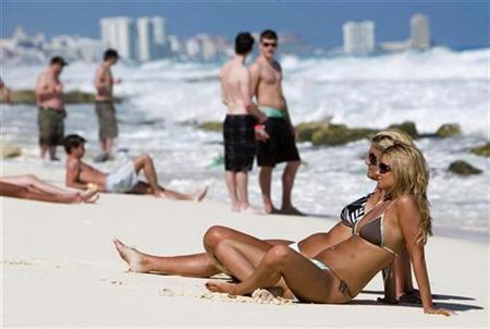 Tourists rest at Cancun beach in the Mexican state of Quintana Roo in this February 26, 2009 file photo. REUTERS/Stringer