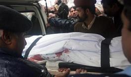 <p>Тело убитого министра Шахбаза Бхатти выносят из больницы в Исламабаде 2 марта 2011 года. Министр по делам религиозных меньшинств Пакистана был застрелен в среду за попытки смягчить закон, предусматривающий смертную казнь за осквернение ислама. REUTERS/Faisal Mahmood</p>