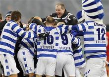 """<p>Игроки """"Дуйсбурга"""" радуются победе над """"Энерги"""" в Дуйсбурге 1 марта 2011 года. """"Дуйсбург"""" обыграл """"Энерги"""" со счетом 2-1 в полуфинале Кубка Германии и стал первым клубом второго дивизиона с 2004 года, дошедшим до финала соревнования. REUTERS/Wolfgang Rattay</p>"""
