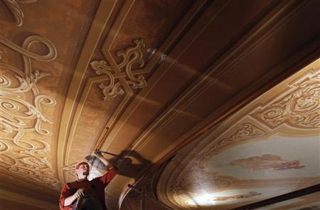 A specialist works on the finishing of the ceiling of the main hall in the Bolshoi Theatre in Moscow March 1, 2011. REUTERS/Denis Sinyakov (RUSSIA - Tags: SOCIETY)