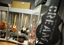 """<p>Caixa da guitarra """"Cream"""", usada nos shows de retomada da banda Cream em 2005, na casa de leilões Bonhams, em Nova York. Mais de 70 guitarras do britânico Eric Clapton irão a leilão na semana que vem. 04/03/2011 REUTERS/Brendan McDermid</p>"""