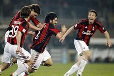 <p>Gennaro Gattuso (centro), do Milan, comemora com colegas o gol que marcou contra a Juventus em jogo pelo Campeonato Italiano, em Turim, na Itália. 05/03/2011 REUTERS/Giampiero Sposito</p>