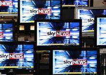 <p>Télévision diffusant la chaîne Sky News, du groupe BSkyB, à Edimbourg. News Corp pourrait avoir à débourser jusqu'à 11 milliards de livres sterling pour s'offrir BSkyB, selon la demande d'un des actionnaires de ce bouquet de télévision, rapporte le Sunday Times. /Photo prise le 3 mars 2011/REUTERS/David Moir</p>