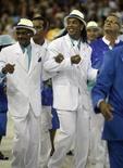<p>Ronaldinho Gaúcho dança com integrantes da velha guarda da Portela durante desfile no Rio de Janeiro. REUTERS/Ricardo Moraes</p>