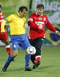 <p>O líder checheno Ramzan Kadyrov disputa a bola com Dunga em amistoso entre um combinado de veteranos brasileiros e uma equipe chechena.08/03/2011.REUTERS/Sergei Karpukhin</p>