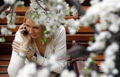 <p>Женщина говорит по мобильному телефону в ГУМе в центре Москвы, 4 марта 2011 года. Сравнительно теплая весенняя погода останется в Москве на текущей неделе - ночами в столице не будет холоднее минус 9, а днем воздух может прогреваться до плюс 3 градусов, ожидают синоптики. REUTERS/Denis Sinyakov</p>