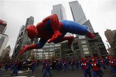 <p>Люди, переодетые в костюмы Человека-паука, держат шар ввиде супергероя на фестивале в Нью-Йорке, 26 ноября 2009 года. Первый комикс о Человеке-пауке ушел с интернет-аукциона за $1,1 миллиона, сообщили агентства AFP и Associated Press со ссылкой на ComicConnect.com. REUTERS/Finbarr O'Reilly</p>