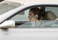 <p>Mulher fala ao celular ao dirigir em Burbank, Califórnia, em junho de 2008. Segundo pesquisa, 63 por cento dos jovens norte-americanos falou ao telefone enquanto dirigia nos últimos 30 dias. 26/06/2008 REUTERS/Fred Prouser</p>
