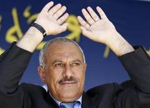 <p>Президент Йемена Али Абдулла Салех на футбольном стадионе в Сане, 10 марта 2011 года. Под давлением массовых акций протеста президент Йемена Али Абдулла Салех предложил стране новую конституцию и переход к парламентской форме правления. Требующая его отставки оппозиция отвергла компромисс. REUTERS/Khaled Abdullah</p>