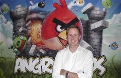 """<p>Presidente-executivo da Rovio, Mikael Hed, posa em frente a pôster do jogo """"Angry Birds"""" no escritório da companhia, em agosto de 2010. A produtora levantou junto a investidores um total de 42 milhões de dólares. 16/08/2010 REUTERS/Georgina Prodhan</p>"""