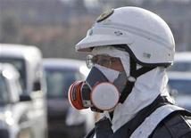 """<p>Сотрудник полиции проводит эвакуацию населения из района, прилегающего к АЭС """"Фукусима-1"""" в префектуре Фукусима в Японии 12 марта 2011 года. На атомной электростанции в японской префектуре Фукусима произошел взрыв и утечка радиации, но власти страны говорят, что реактор не пострадал. REUTERS/Asahi Shimbun</p>"""