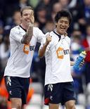 <p>Lee Chung-Yong, do Bolton Wanderers (D) comemora com David Wheater após derrotarem o Birmingham City na quarta de final da Copa da Inglaterra em St Andrew's, Birmingham, na Inglaterra. Lee Chung-Yong fez o terceiro gol no último minuto de jogo, garantindo a vitória do Bolton. 12/03/2011. REUTERS/Darren Staples</p>