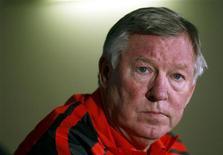 <p>Alex Ferguson, técnico do Manchester United, em coletiva de imprensa antes de treino em Merseille, em fevereiro. Ferguson, que está proibido de cruzar a lateral por conta de suas críticas ao árbitro após a derrota do United para o Chelsea (no Campeonato Inglês no dia 1o de março) rebateu, neste sábado, Kenny Dalglish, seu colega no Liverpool, e o ex-treinador da seleção inglesa Graham Taylor pelas críticas que lhe fizeram por seus comentários. 22/02/2011 REUTERS/Jean-Paul Pelissier</p>