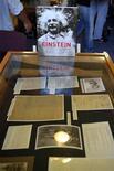 <p>Imagen de archivo de cartas y fotos pertenecientes al Archivo de Albert Einstein en Jerusalén. jul 10 2006. El archivo de Albert Einstein será digitalizado y estará accesible online en un año, dijo el lunes la Universidad Hebrea de Jerusalén. REUTERS/Ammar Awad/Archivo</p>
