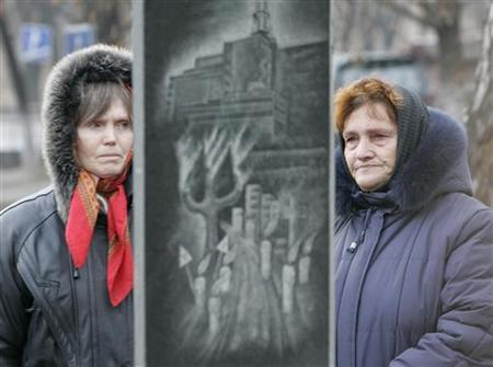 Women weep during a ceremony to honour victims of the world's worst civil nuclear accident at the Chernobyl power station in Kiev, December 14, 2006. REUTERS/Gleb Garanich