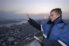 <p>Метеоролог проверяет уровень радиации в атмосфере во Владивостоке, 15 марта 2011 года. Радиационный фон в Приморье в среду остается в норме, тогда как мониторинговые службы российского региона, который от аварийной АЭС в Фукусимы отделяет около 800 километров, следят за угрозой с помощью морских моллюсков-индикаторов. REUTERS/Yuri Maltsev</p>