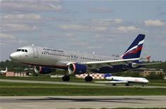 """<p>Airbus A-320 Аэрофлота садится в аэропорту Шереметьево. Крупнейший российский авиаперевозчик Аэрофлот заменит """"боинги"""" на маршрутах из Москвы в Токио на более вместительные отечественные Ил-96, """"в связи с чрезвычайной ситуацией, возникшей в Японии"""", говорится в пресс-релизе перевозчика. REUTERS/Stringer/Files</p>"""