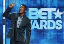 <p>O cantor Jermaine Jackson faz homenagem ao irmão Michael Jackson no BET Awards 2010, em Los Angeles. O cantor lançará um livro de memórias sobre a vida da família Jackson com previsão para outuno (do Hemisfério Norte) de 2011. 27/06/2010. REUTERS/Mario Anzuoni</p>