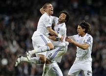 <p>Os jogadores do Real Madrid Marcelo (ao centro) comemora com Pepe, Sergio Ramos e Sami Khedira, após marcar contra o Olympique Lyon pela Liga dos Campeões, em Madri. 16/03/2011 REUTERS/Felix Ordonez</p>
