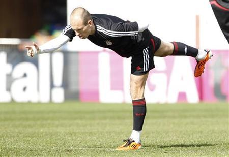 Bayern Munich's Dutch midfielder Arjen Robben warms-up during a training session in Munich March 14, 2011. REUTERS/Michaela Rehle