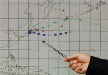 <p>Сотрудник Гонконгской обсерватории показывает прогноз возможного распространения радиоактивного облака во время пресс-конференции в Гонконге 15 марта 2011 года. Небольшая концентрация неопасных для здоровья радиоактивных выбросов движется в западном направлении от пострадавшей из-за катастрофы японской АЭС и достигнет Северной Америки в ближайшие дни, считает глава исследовательского отдела Шведского института защитных исследований Ларс-Эрик де Гир. REUTERS/Bobby Yip</p>