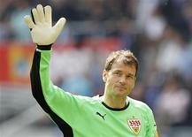 <p>Jens Lehmann, então goleiro do Stuttgart, durante jogo do Cmampeonato Alemão contra o Hoffenheim, em maio de 2010. Lehmann abandonou a aposentadoria para resolver a crise de goleiros de seu ex-clube, o Arsenal. 08/03/2010 REUTERS/Johannes Eisele</p>