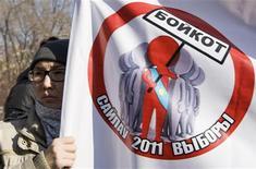 <p>Женщина держит оппозиционный плакат в Алма-Ате, 13 марта 2011 года. Досрочные президентские выборы в Казахстане 3 апреля пройдут при бойкоте со стороны оппозиции и с участием кандидатов, еще до голосования отказавшихся от борьбы и отдавших победу бессменному лидеру Нурсултану Назарбаеву, который выиграет как минимум пять лет на подбор преемника. REUTERS/Shamil Zhumatov</p>