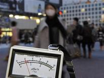 """<p>Дозиметр показывает уровень радиации в Токио, 15 марта 2011 года. Япония повысила уровень ядерной угрозы на аварийной АЭС """"Фукусима-1"""" до пятого уровня из семи возможных, сообщило Международное агентство по атомной энергии (МАГАТЭ) в пятницу. REUTERS/Kyodo</p>"""
