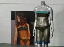 <p>Foto tirada do vestido usado por Kate Middleton, noiva do príncipe William, em um desfile de moda universitário, em 2002. O vestido foi arrematado em leilão por 105 mil dólares. 17/03/2011 REUTERS/Luke MacGregor</p>