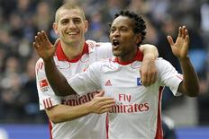 <p>Mladen Petric (à esq.) e o brasileiro Zé Roberto, do Hamburgo, comemoram gol durante partida contra o Colônia pelo Campeonato Alemão, em Hamburgo. 19/03/2011. REUTERS/Fabian Bimmer</p>